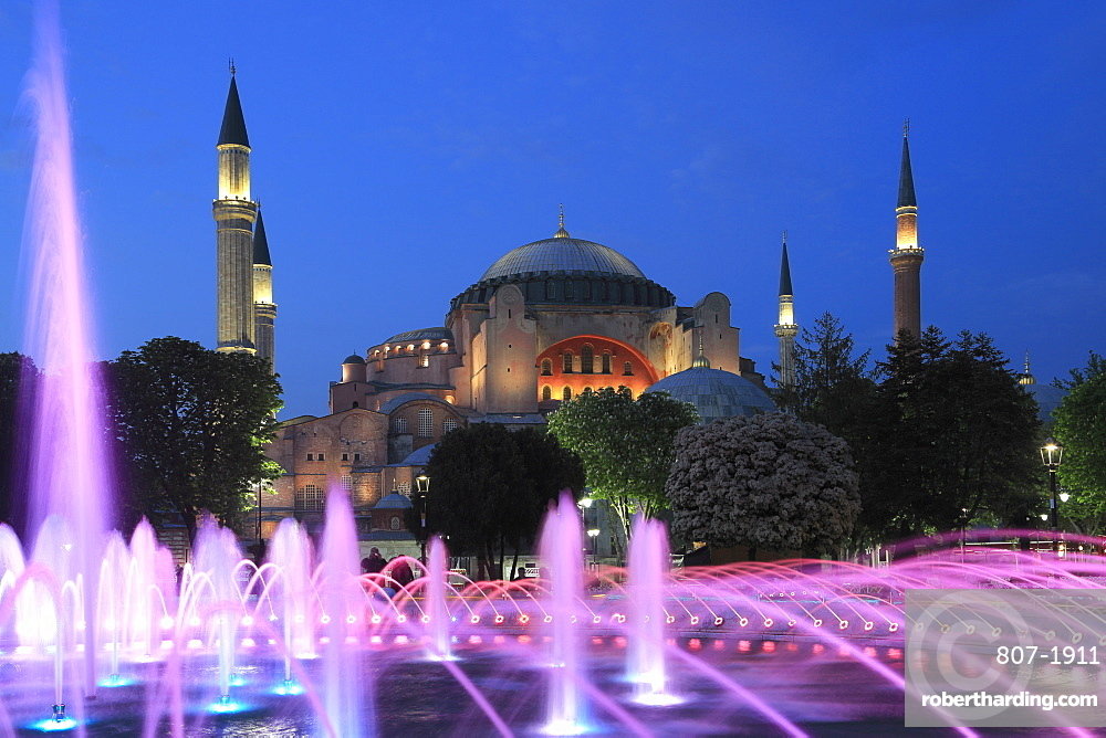 Hagia Sophia (Aya Sofya) at night, UNESCO World Heritage Site, Sultanahmet Square Park, Istanbul, Turkey, Europe