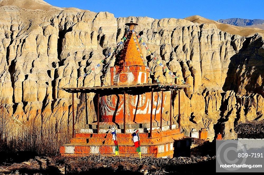 Buddhist stupa (chorten) near Tsarang village, Mustang, Nepal, Himalayas, Asia