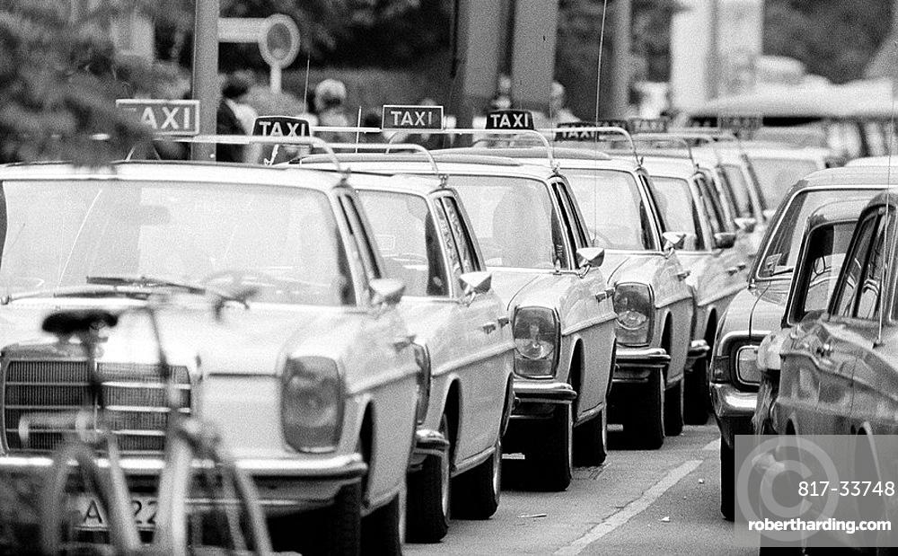 Siebziger Jahre, Schwarzweissfoto, Strassenverkehr, Taxistand mit vielen Taxen, Seventies, black and white photo, road traffic, cab stand with many cabs *** Local Caption *** Seventies, black and white photo, road traffic, cab stand with many cabs