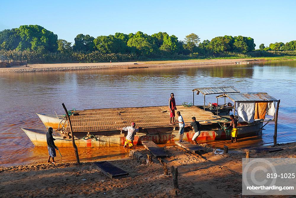 Manambolo River crossing near Bekopaka, Melaky region, Western Madagascar, Africa