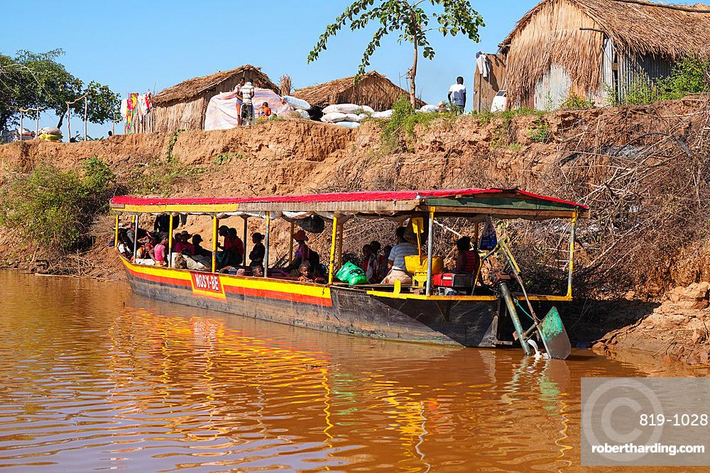 Tsiribihina river crossing near Belo Sur Tsiribihina, Menabe region, Western Madagascar