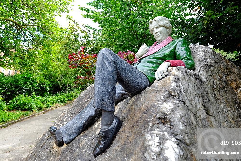 Oscar Wilde statue, Merrion Square, Dublin, Republic of Ireland, Europe