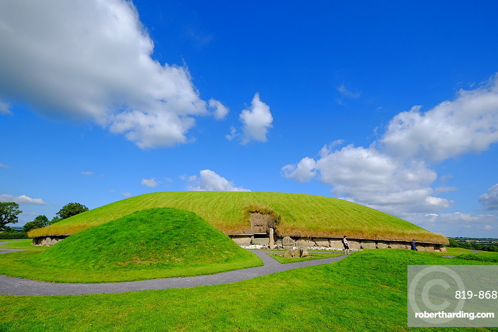 Knowth, a Neolithic passage grave, ancient monument, UNESCO World Heritage Site of the Bru na Boinne, Drogheda, County Louth, Leinster, Republic of Ireland, Europe