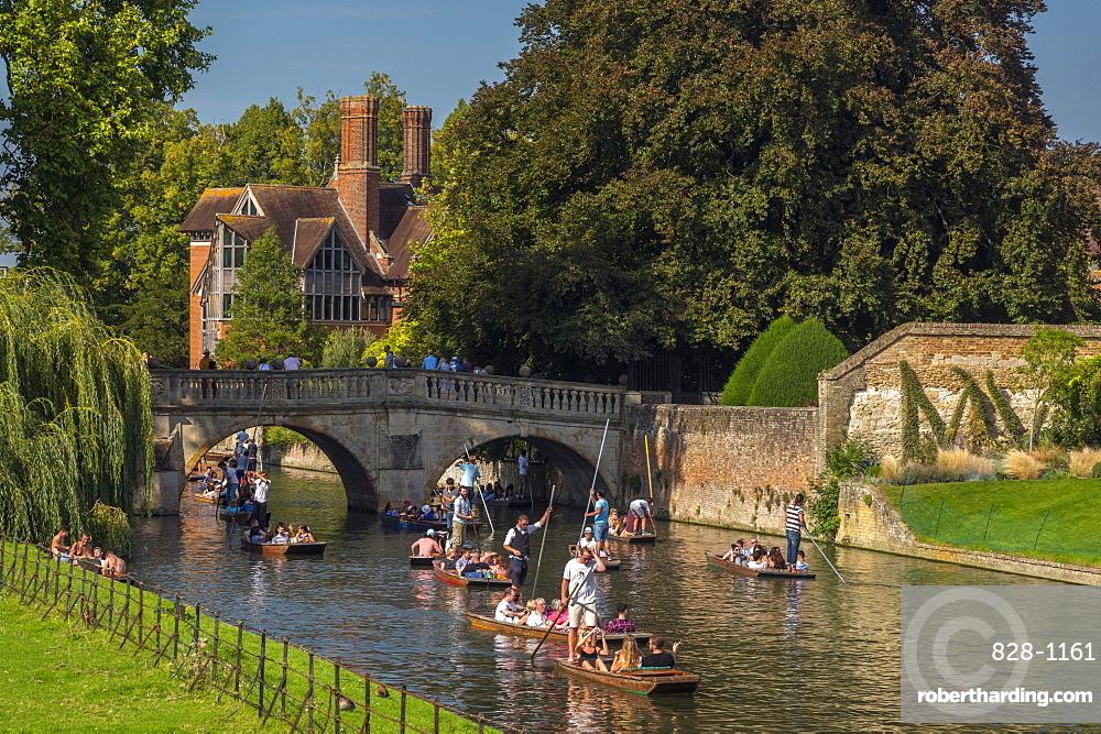 UK, England, Cambridgeshire, Cambridge, River Cam, Clare College, Clare Bridge, Punting