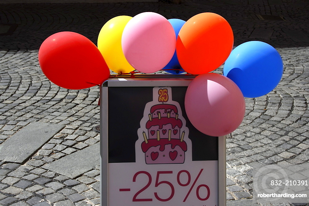 - 25% sale, advertising with balloons
