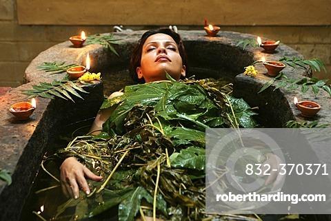 LKA, Sri Lanka : Siddhalepa Ayurveda Resort, ayurvedic herbal bath.