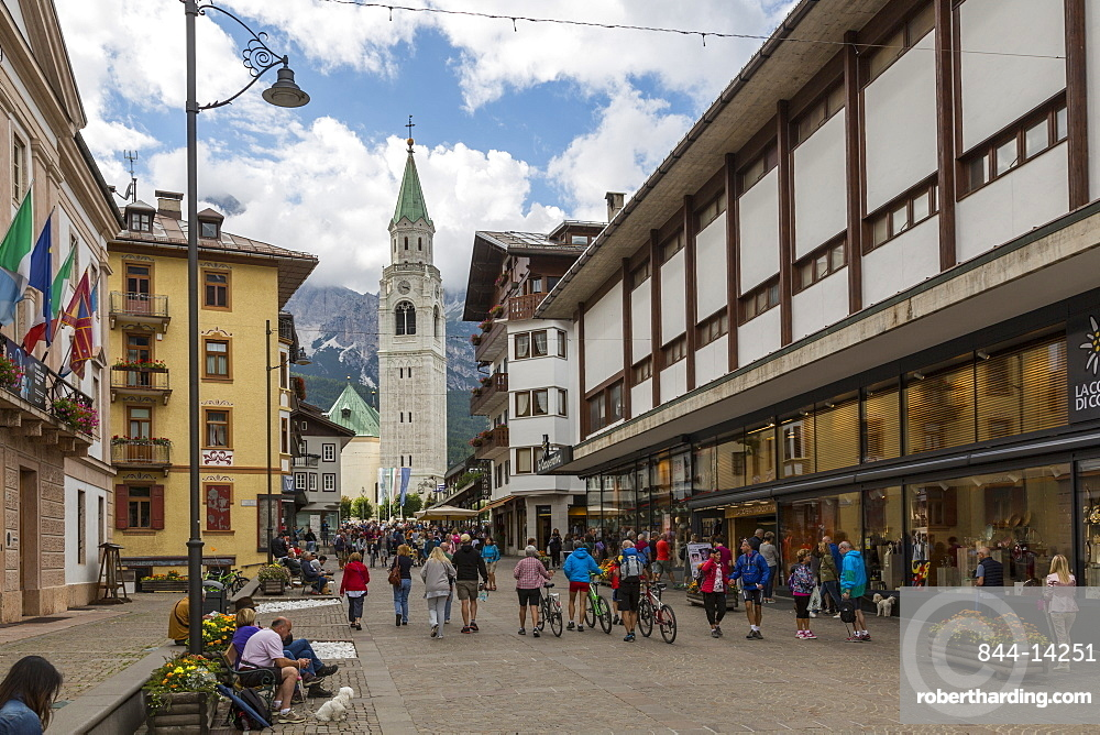 View of Parrocchiale SS Filippo e Giacomo and shopping area, Cortina d'Ampezzo, South Tyrol, Italian Dolomites, Italy, Europe