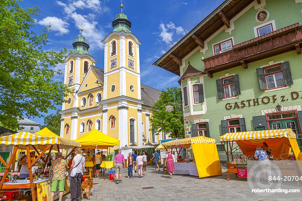 View of Chirch (Barocke Pfarrkirche) and market in St Johann, Austrian Alps, Tyrol, Austria, Europe