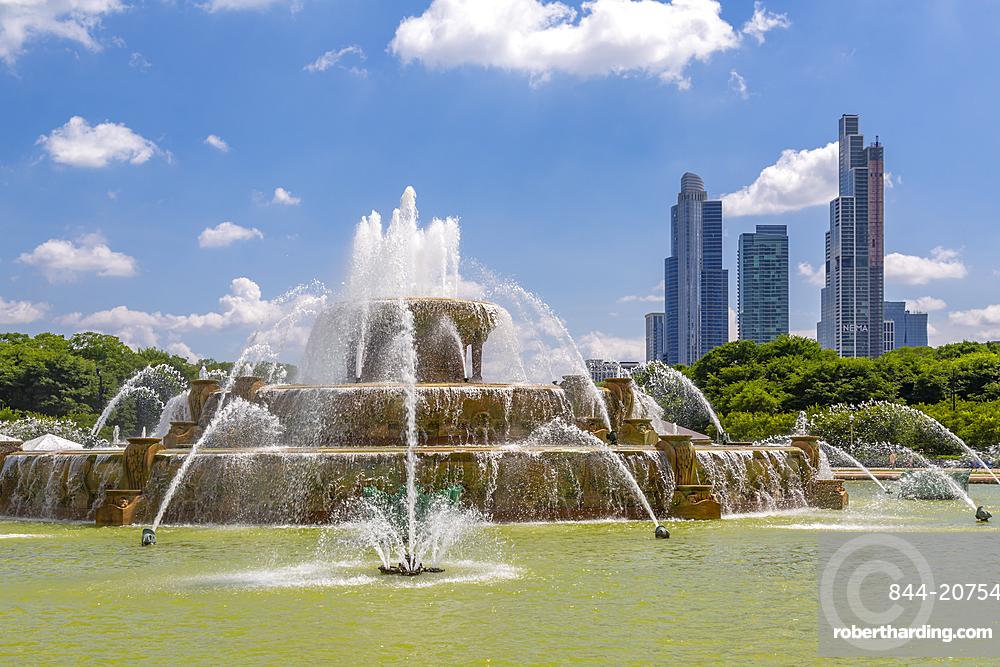 The Buckingham Fountain and city skyline, Chicago, Illinios, United States of America, North America