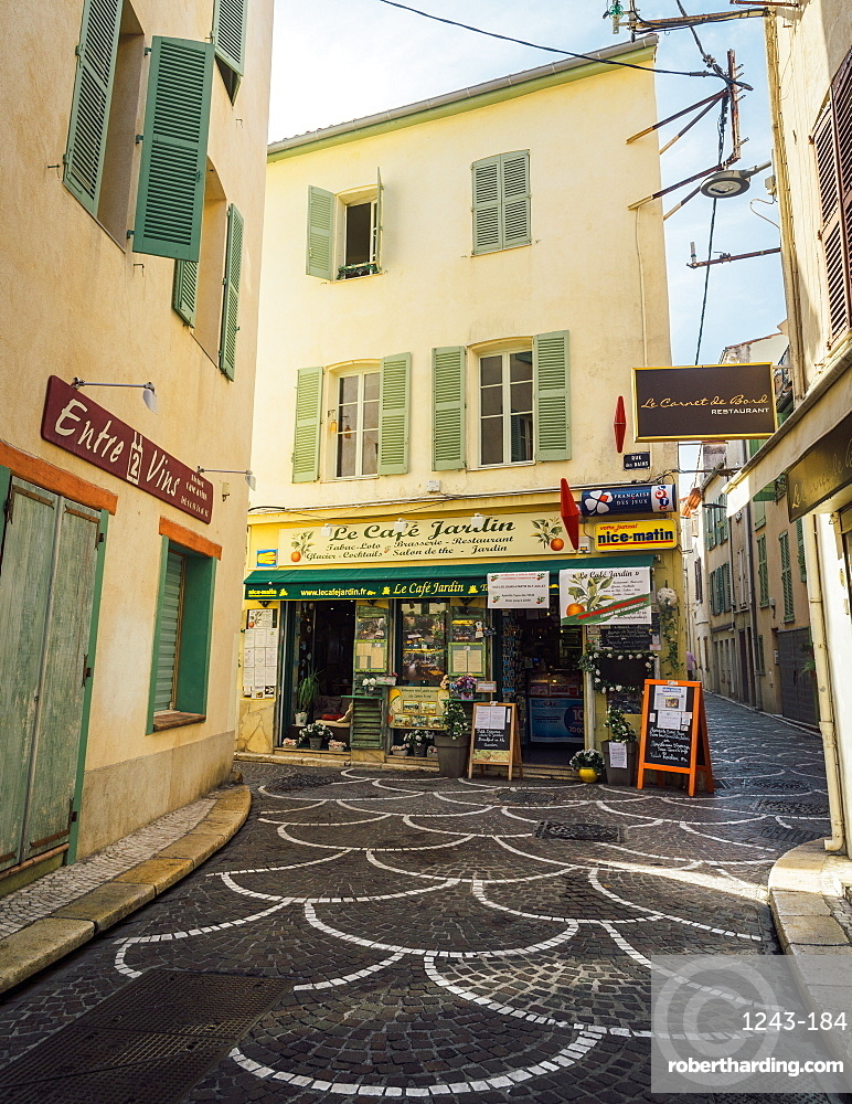 Picturesque small alleyway in Antibes, Alpes Maritimes, Cote d'Azur, Provence, France, Europe