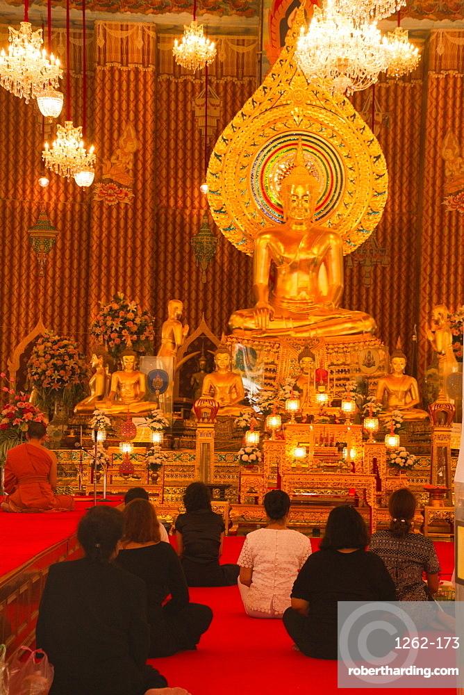 Devotees of the Buddhist temple of Wat Chana Songkhram, Bangkok, Thailand