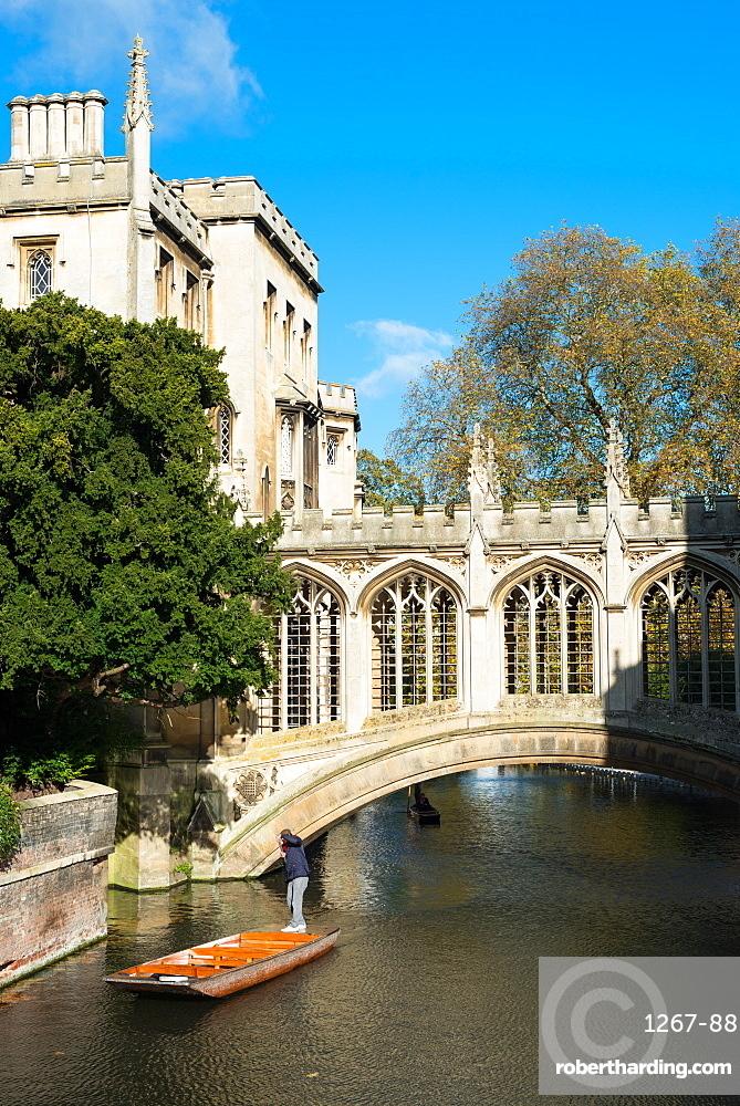 Punting under the bridge of Sighs, St Johns College, University of Cambridge, Cambridge, England, UK.