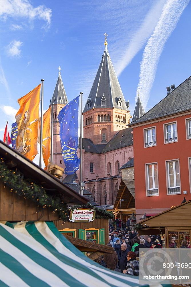 Christmas Market and Mainz Cathedral, Mainz, Rhineland-Palatinate, Germany