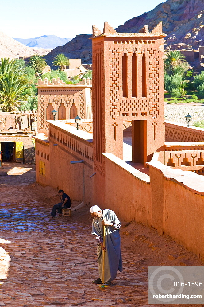 Old man cleaning the road in the old ksar Aït Benhaddou, UNESCO World Heritage Site, Morocco, North Africa, Africa
