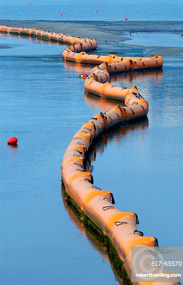 Floating barrier to contain the fuel spill ('chapapote') of Prestige tanker, San Vicente de la Barquera, Cantabria, Spain