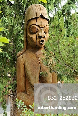 Woman, totem pole in detail, Duncan, Vancouver Island, Canada, North America