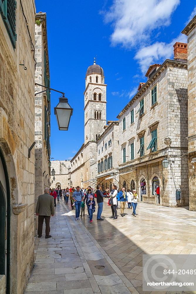 Visitors on Stradun and Franciscan Church and Monastery, Dubrovnik Old Town and Adriatic Sea, Dubrvnik, Dalmatia, Croatia, Europe