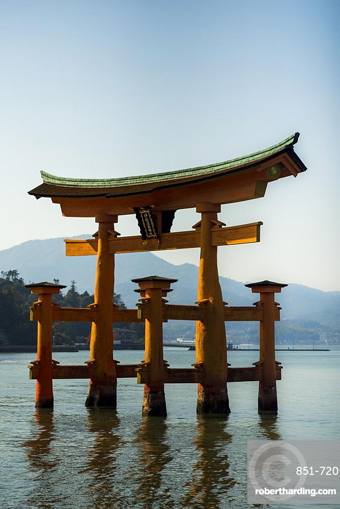 The floating red wooden torii gate of Itsukushima Shrine on Miyajima island, Itsukushima, UNESCO World Heritage Site, Hiroshima Prefecture, Honshu, Japan, Asia