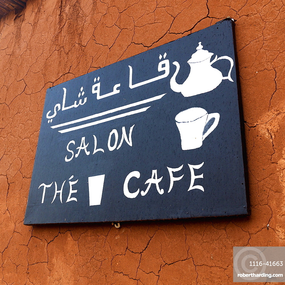 A bilingual sign for a cafe