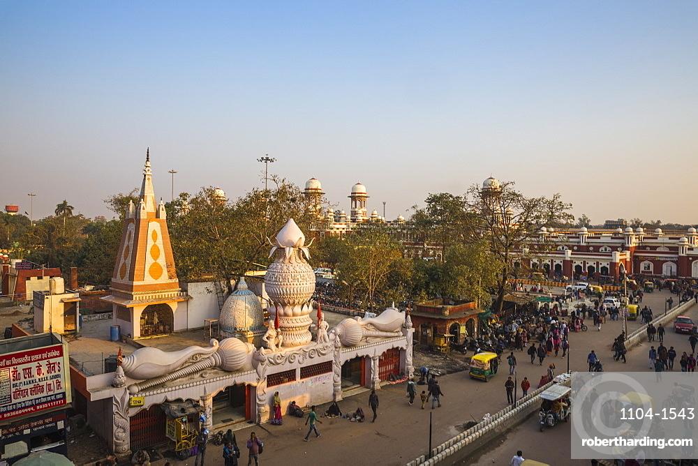 India, Uttar Pradesh, Lucknow, Temple at Railway station