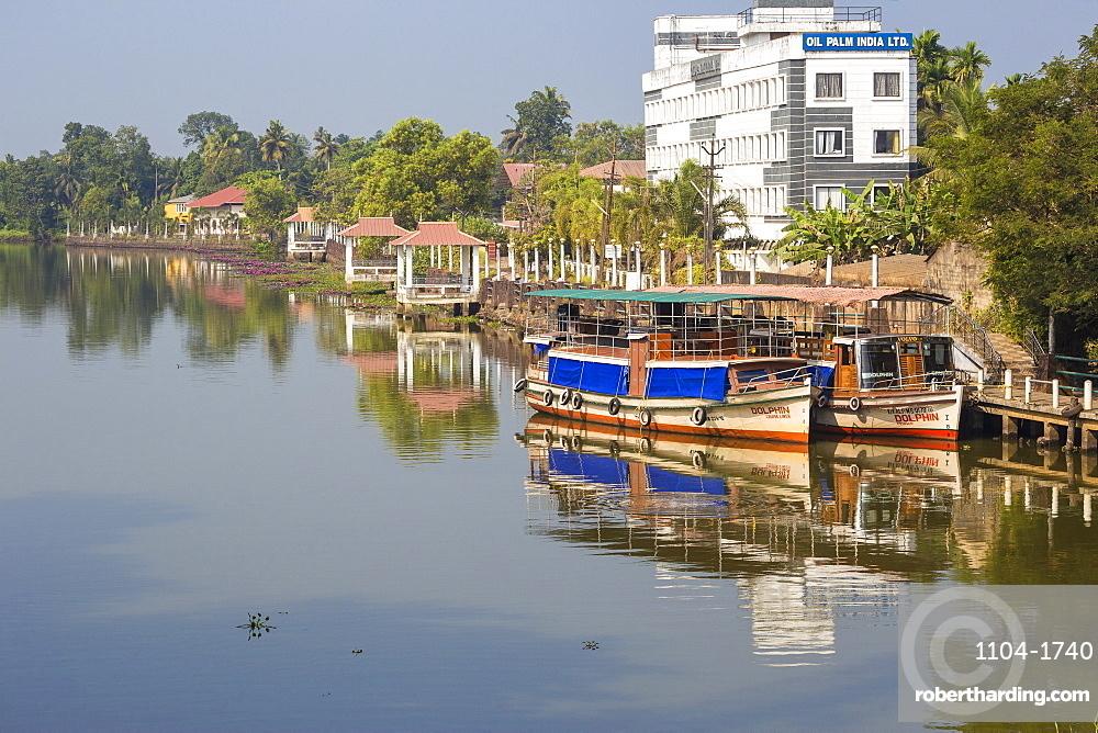 Kuttanad ferry terminal, Backwaters, Alappuzha (Alleppey), Kerala, India, Asia