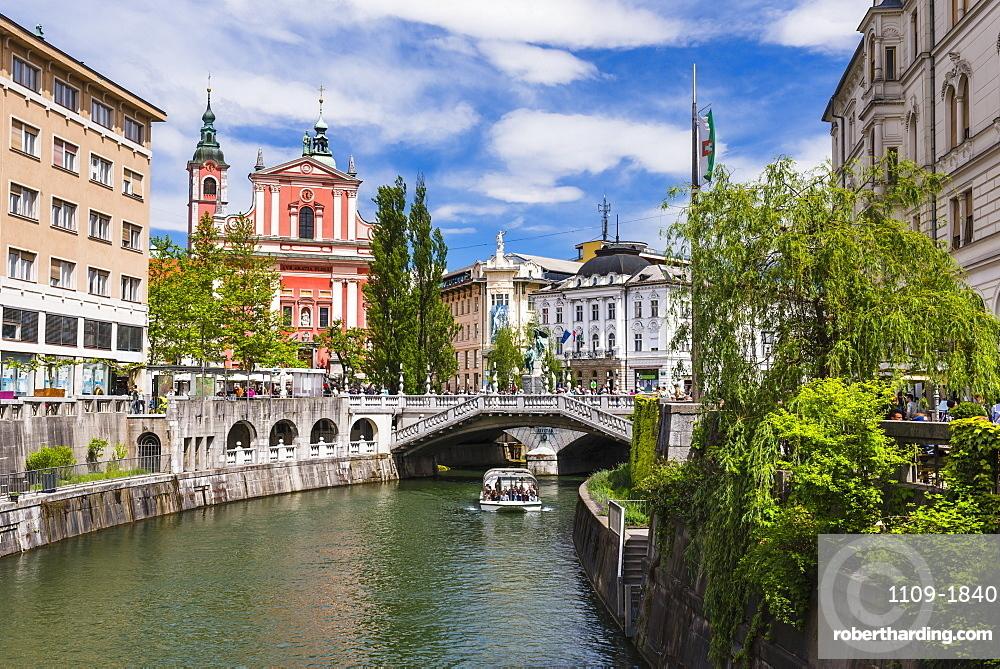 Ljubljanica River, Ljubljana triple bridge (Tromostovje) and the Franciscan Church of the Annunciation, Ljubljana, Slovenia, Europe