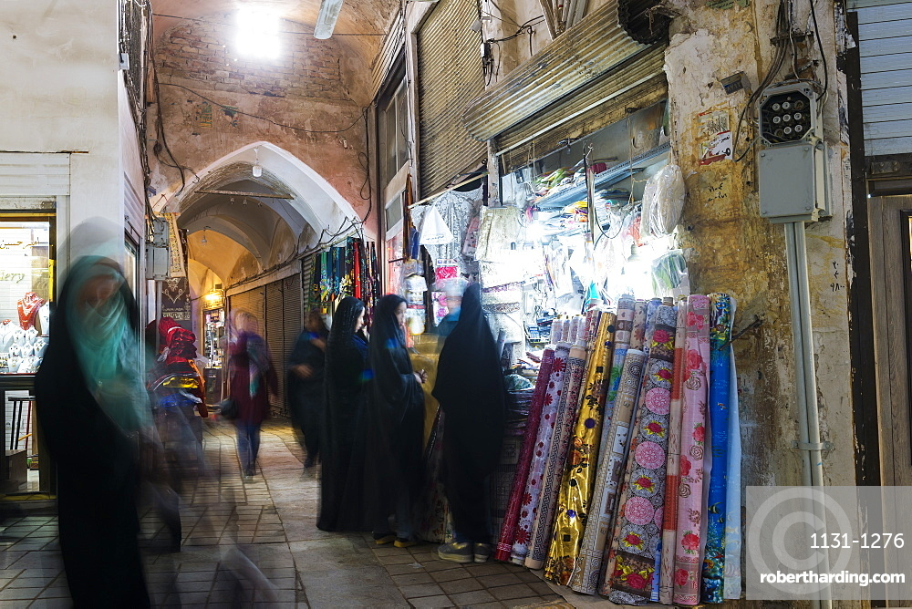 People and shops in the old Kashan bazaar, Isfahan Province, Islamic Republic of Iran, Middle East