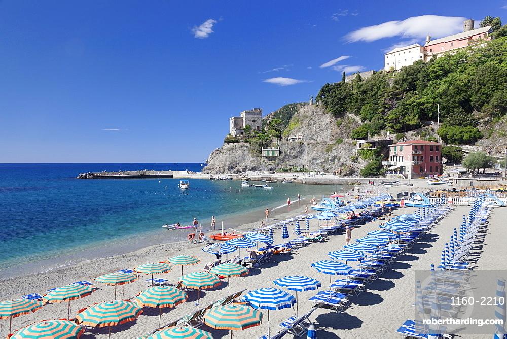 Beach with parasols and sun loungers, Monterosso al Mare, Cinque Terre, UNESCO World Heritage Site, Riviera di Levante, Liguria, Italy, Europe