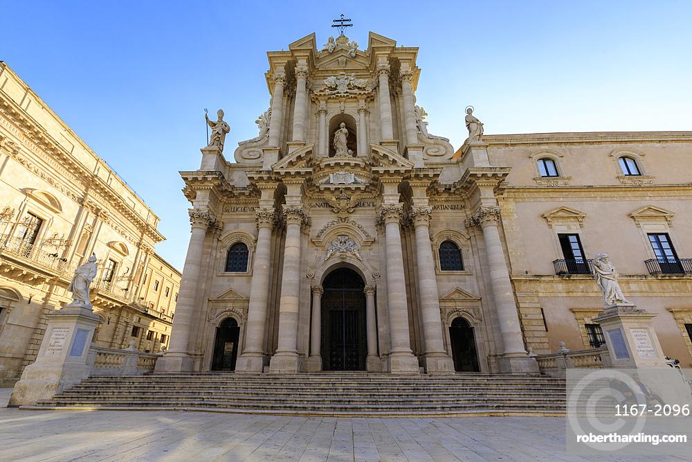 Cathedral facade, early morning, Piazza Duomo, Ortigia (Ortygia), Syracuse (Siracusa), UNESCO World Heritage Site, Sicily, Italy, Mediterranean, Europe