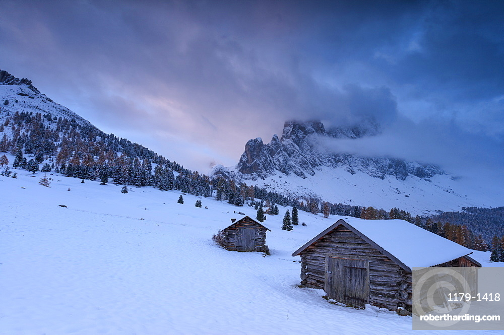 Pink clouds at dawn on the Odle and hut covered with snow, Malga Caseril,  Funes Valley, South Tyrol, Dolomites, Italy, Europe