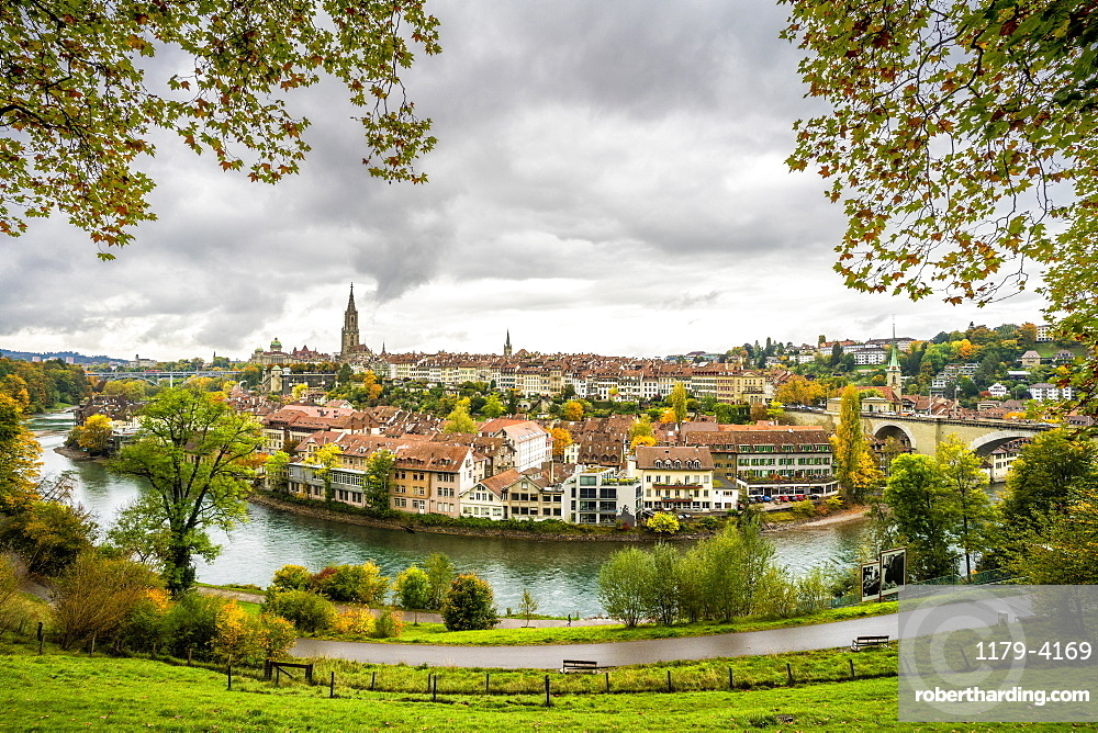 Aare River with Munster Cathedral and city centre in background, Bern, Canton Bern, Switzerland, Europe