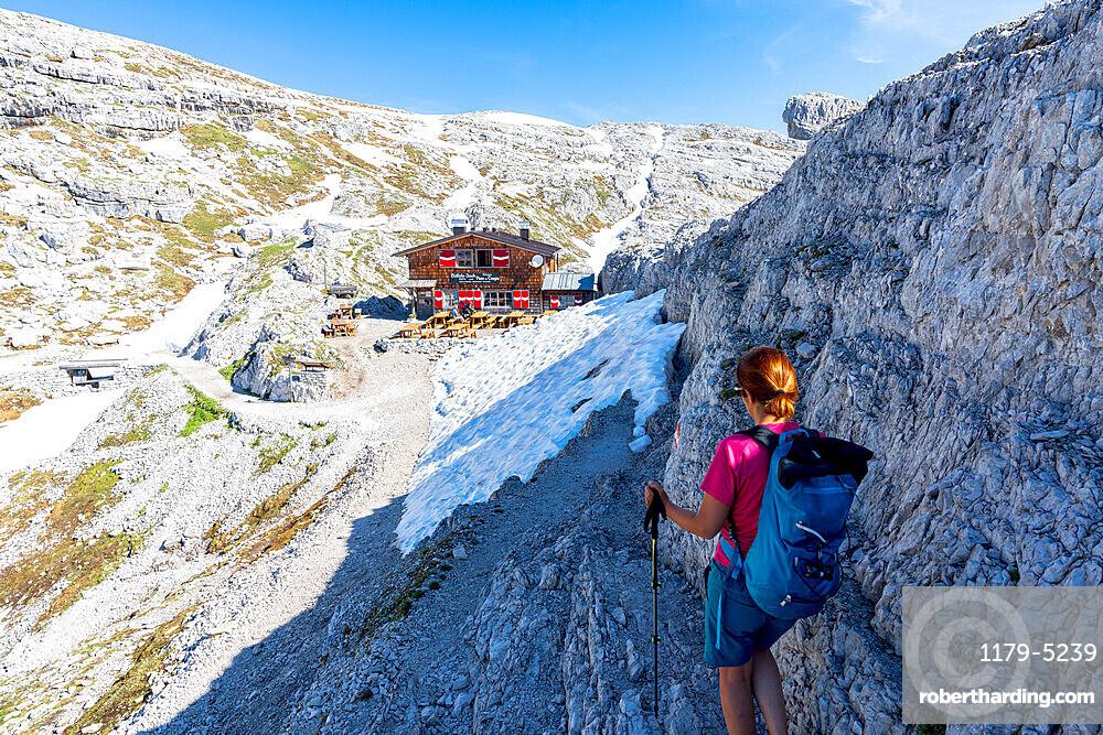 Woman enjoying the hike towards rifugio Pian di Cengia/Buellelejoch hut in summer, Sesto Dolomites, South Tyrol, Italy