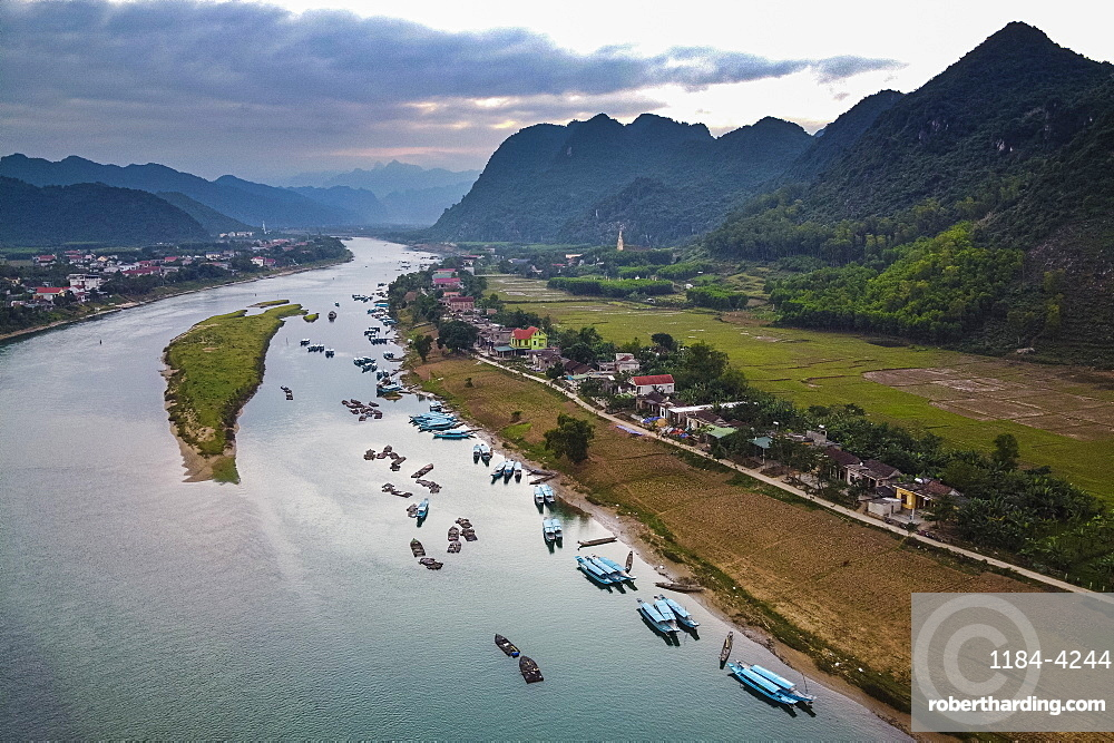 Aerial of the Song Con River with the limestone mountains in the background, Phong Nha-Ke Bang National Park, UNESCO World Heritage Site, Vietnam, Indochina, Southeast Asia, Asia
