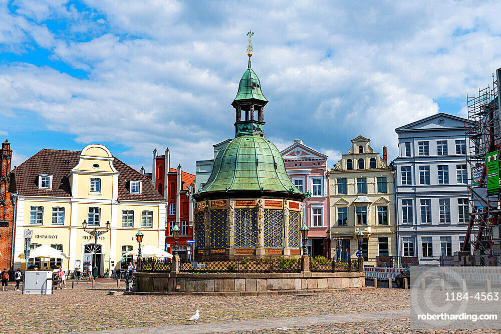 Water fountain on the market square, Hanseatic city of Wismar, UNESCO World Heritage Site, Mecklenburg-Vorpommern, Germany, Europe