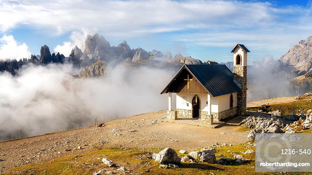 Small church with the Cadini di Misurina mountain range in the background, Dolomites, Italy, Europe