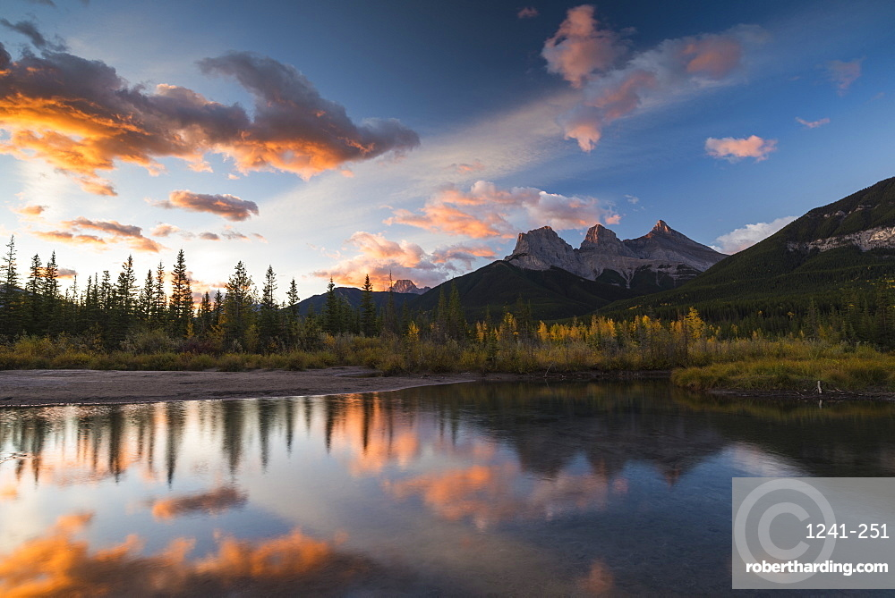 Sunrise in autumn at Three Sisters Peaks near Banff National Park, Canmore, Alberta, Canadian Rockies, Canada, North America