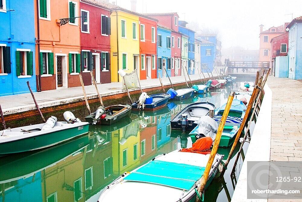 Brightly colored fishermen's houses in Burano, Metropolitan City of Venice, UNESCO World Heritage Site, Veneto, Italy, Europe