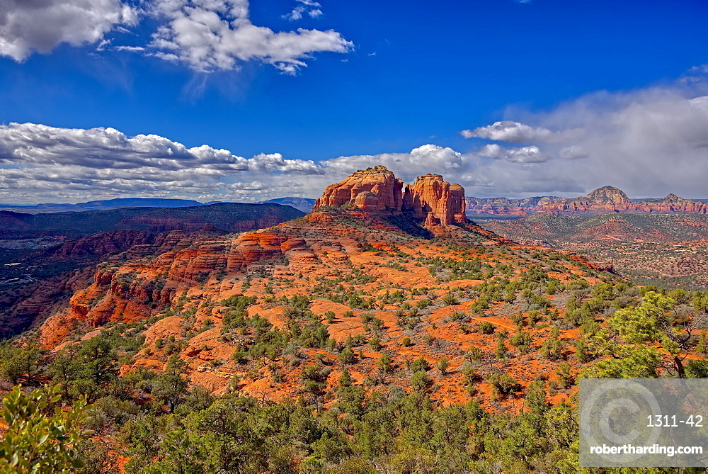 View of Cathedral Rock in Sedona from the HiLine Trail Vista, Arizona, United States of America, North America