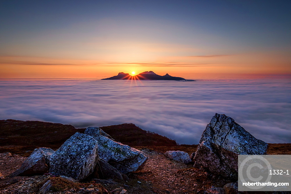Morning above the sea of cloud