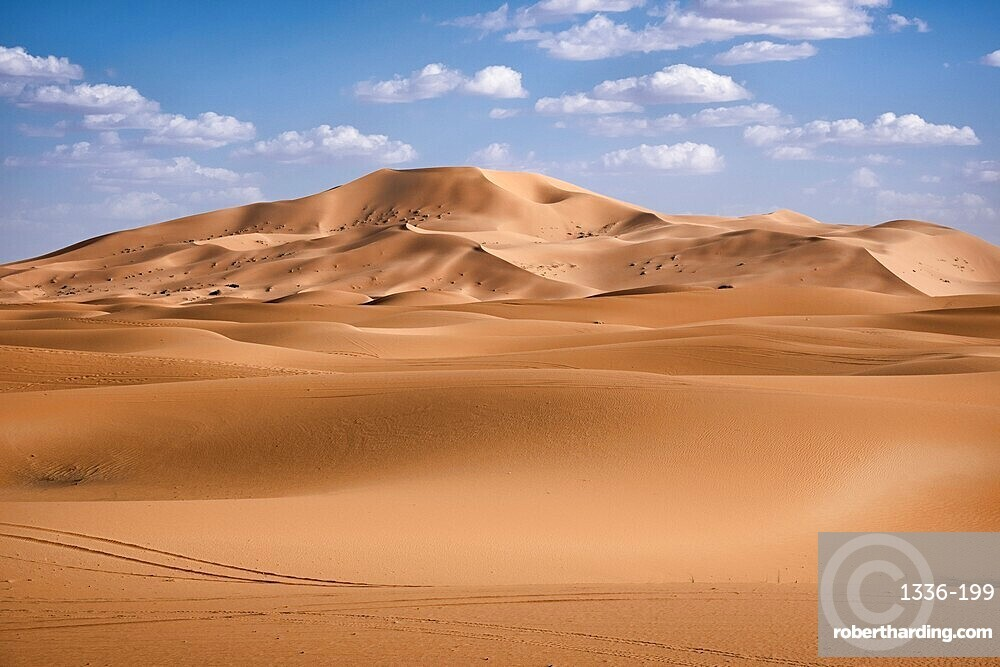 Sand dunes and clouds in the Sahara Desert, Merzouga, Morocco, North Africa, Africa