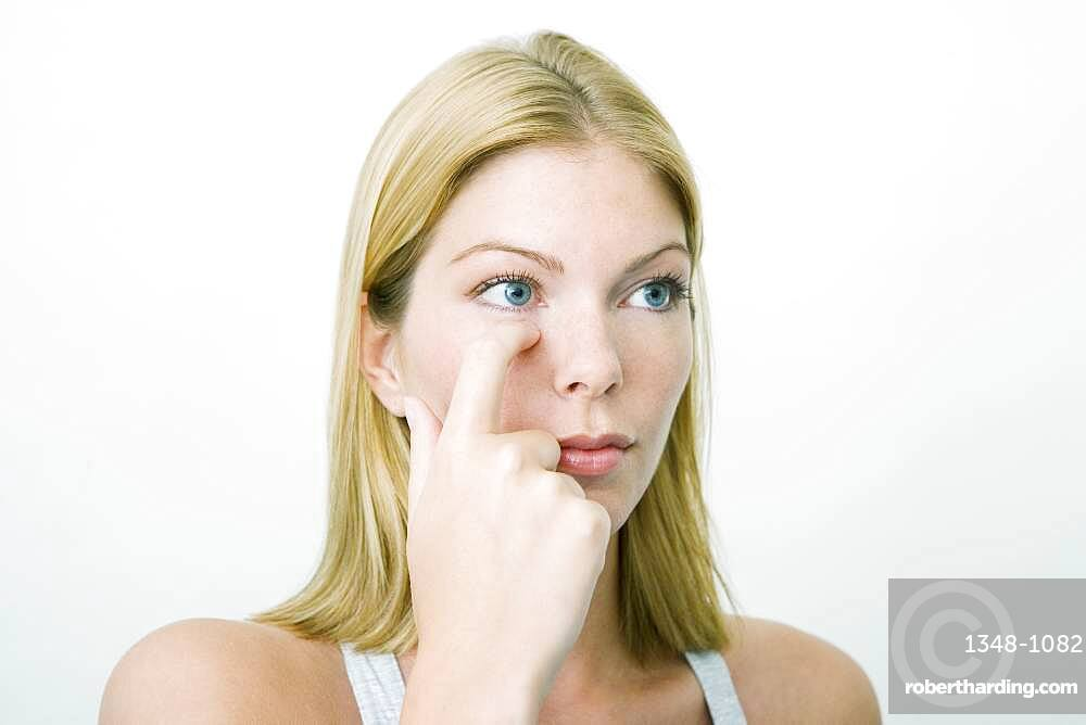 The Do In is an automassage technique of chinese origin, then imported in Japan. This technique is based on the pressure of certains points (acupressure) aiming at correcting body disorders. Press during a few seconds a point in the inner corner of the eye (image n? 3590009 or n? 3590109), then in the external corner (image n? 3589909), then 3 points in the inferior border of the socket (image n? 3589709). Aim : relieve sinusites.
