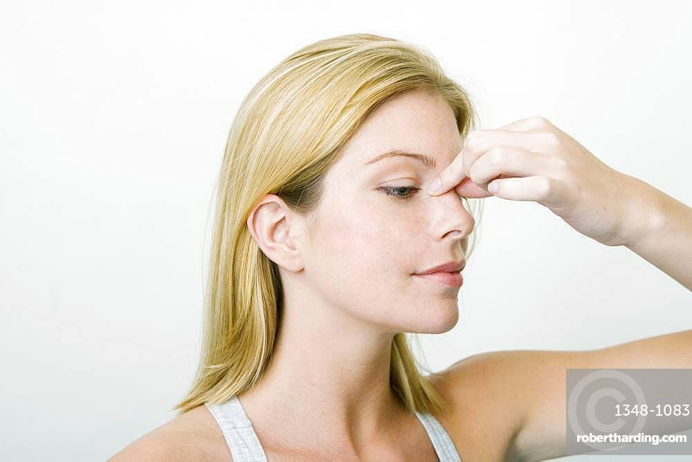 The Do In is an automassage technique of chinese origin, then imported in Japan. This technique is based on the pressure of certains points (acupressure) aiming at correcting body disorders. Pinch firmly the skin above the nose between the thumb and the forefinger. Aim : relieve sinusites.