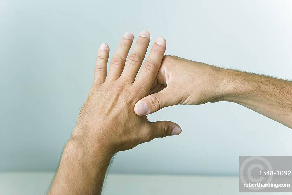 The Do In is an automassage technique of chinese origin, then imported in Japan. This technique is based on the pressure of certains points (acupressure) aiming at correcting body disorders. Pressure and rotation movement on the point : Large intestine 4. Aims : treatment of asthma, anxiety and anguish.