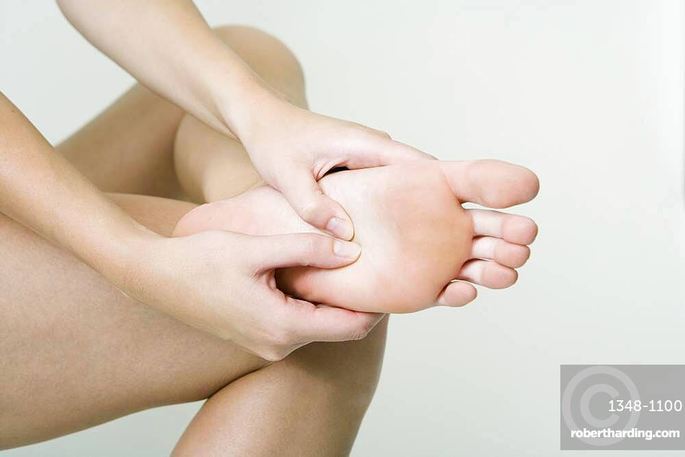 The Do In is an automassage technique of chinese origin, then imported in Japan. This technique is based on the pressure of certains points (acupressure) aiming at correcting body disorders. Knead the arch of the foot with the thumb. Aim : relieve foot rheumatisms.