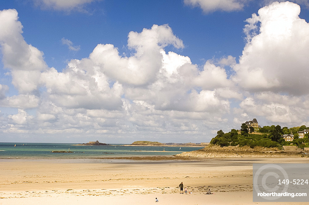 Plage de l'Ecluse, the beach in Dinard, Brittany, France, Europe
