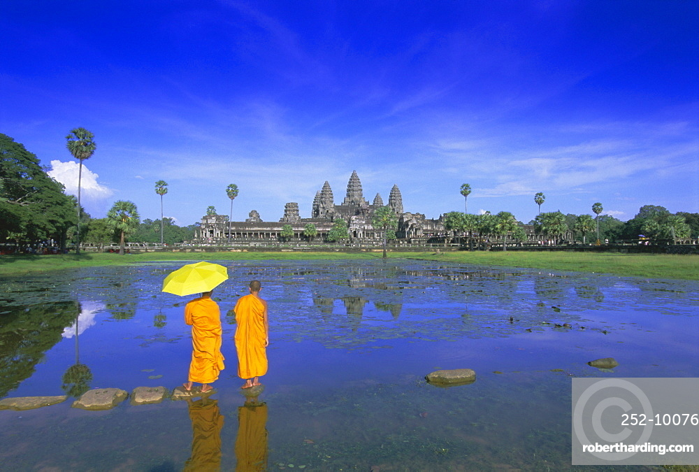 Buddhist monks standing in front of Angkor Wat, Angkor, UNESCO World Heritage Site, Siem Reap, Cambodia, Indochina, Asia