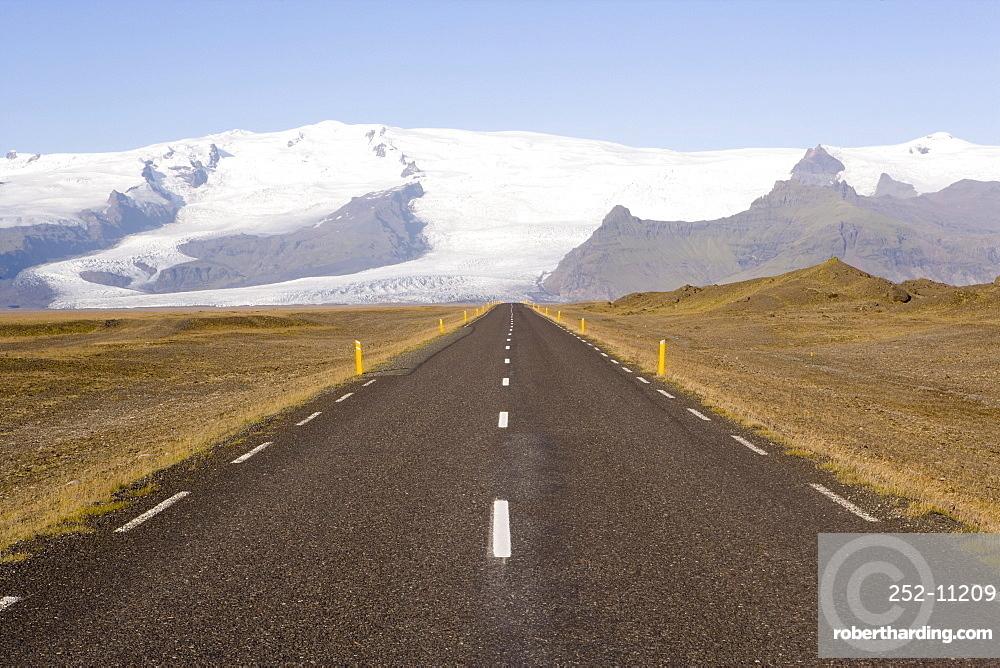 Empty road leading towards Fjallsjokull Glacier near Jokulsarlon, Vatnajokull Icecap, southern area, Iceland, Polar Regions