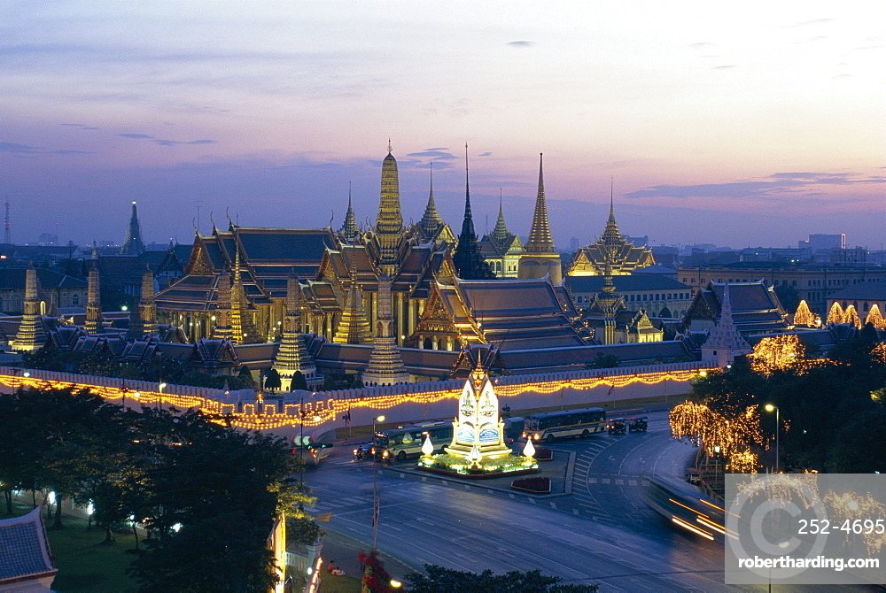 Wat Phra Kaew, the temple of the Emerald Buddha, and the Grand Palace at dusk in Bangkok, Thailand, Asia *** Local Caption ***