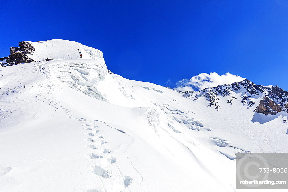 Climbers on summit ridge of Peak Korzhenevskaya, 7105m, Tajik National Park (Mountains of the Pamirs), UNESCO World Heritage Site, Tajikistan, Central Asia, Asia