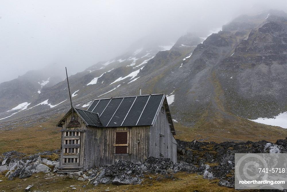 Old abandoned cabin, Varsolbukta, Bellsund bay, Van Mijenfjorden, Spitsbergen, Svalbard Islands, Arctic, Norway, Europe